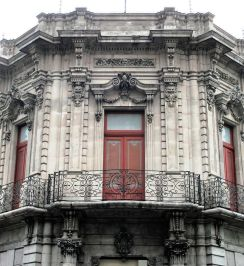 Detalle de ochavado con balcones