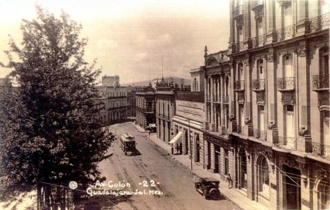 Esta fotografía de 1935 muestra el edificio a mitad de la cuadra, y al lado derecho de la foto el ahora desaparecido Hotel Imperial