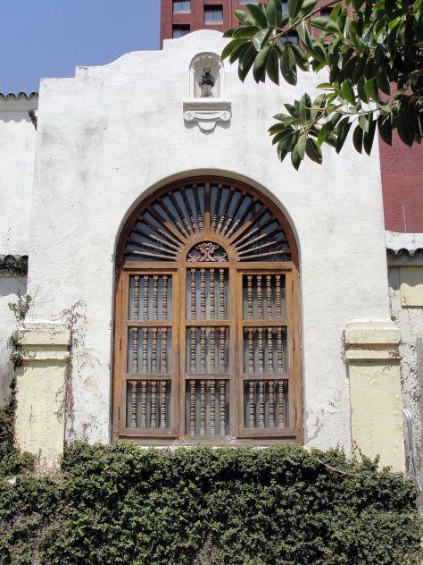 Detalle de ventana con celosía de madera