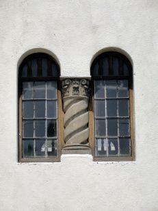 Detalle de ventana con columna salomónica