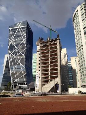 Aura Corporativo, al lado la torre Cube 2 en construcción (2012)