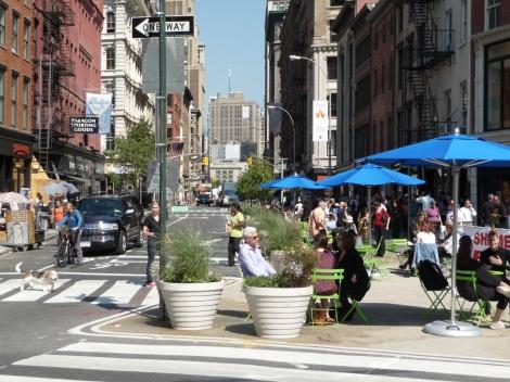 Una densa y congestionada calle en Nueva York.