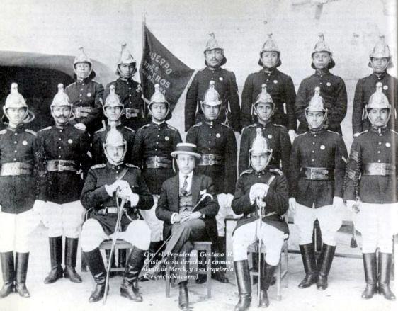 Presidente Municipal Gustavo R. Cristo con bomberos, circa 1930