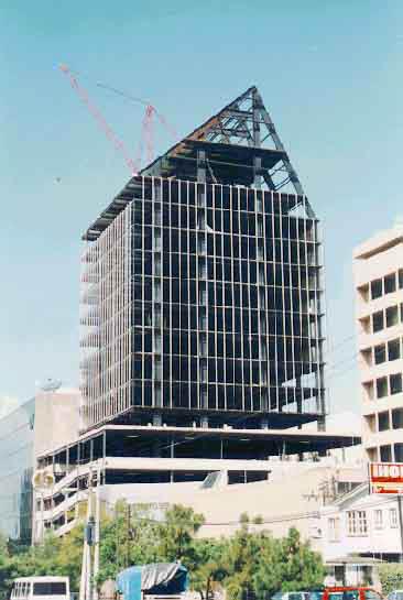 El edificio en construcción, 1994 (cortesía Corey Aceros)