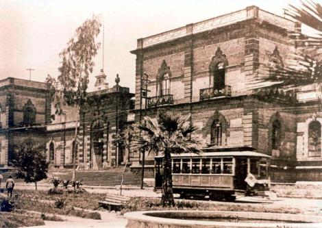 El tranvía a su paso por Lafayette, frente a la Escuela de Artes y Oficios. Circa 1910.