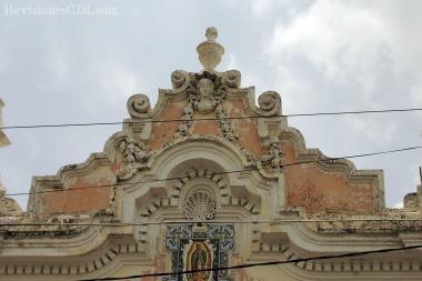 Remate con mosaico religioso, de fabricación posterior