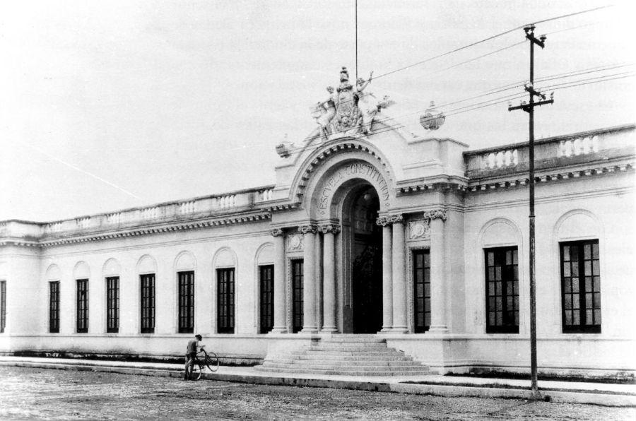 La Escuela Constitución recién inaugurada. Esta imagen es su facahada principal, por la Avenida Tolsa (hoy Enrique Díaz de León).