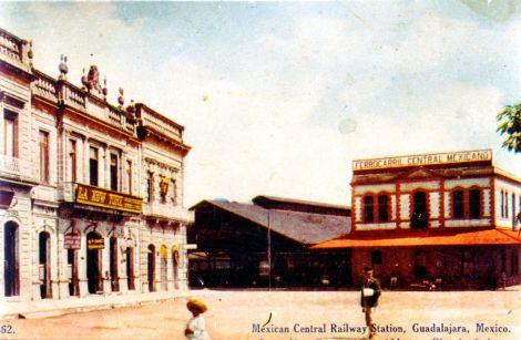Una postal norteamericana de principios del siglo XX muestra la plaza de la estación, con el edificio terminal a la derecha.