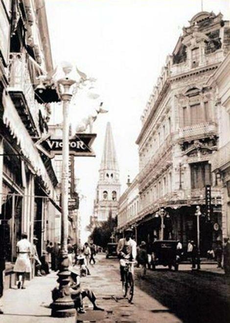 El edificio afrancesado de Las Fábricas de Francia (a a la derecha) en los años 1920's.