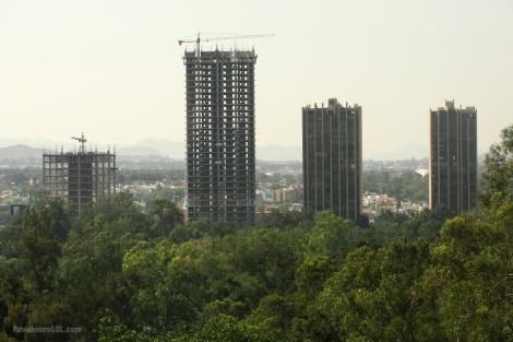 El Corporativo (izquierda) y el Condominio Country Club  (centro, de mayor altura) en construcción.