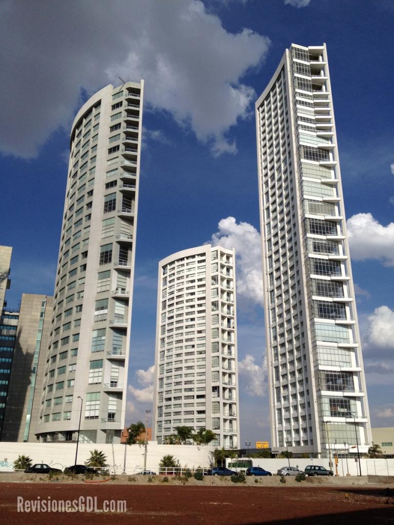 Vista de las Torres Aura residenciales. De izquierda a derecha: Torre Aura, Aura Lofts y Aura Altitude.