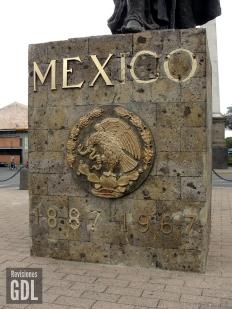 La base de la escultura, con letras que el tiempo se ha llevado