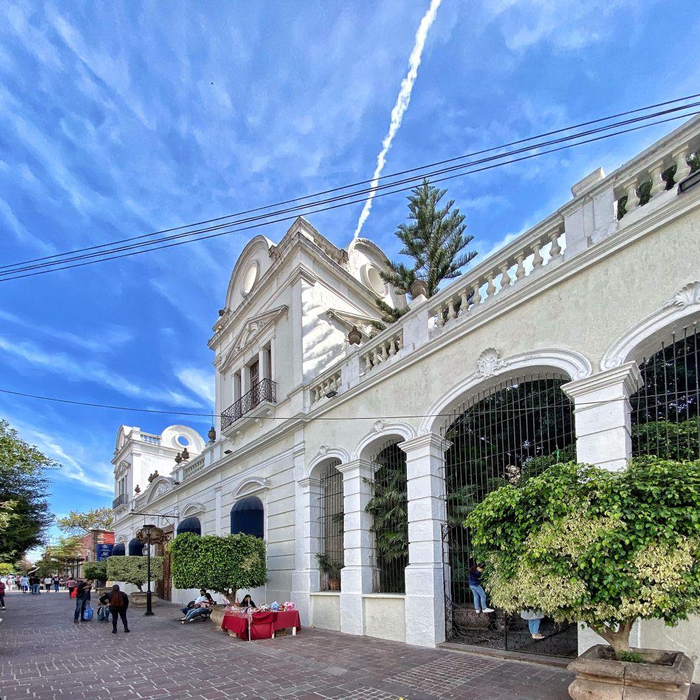 Fachada principal por la Calle Independencia (Foto: Xavier Iturbide)